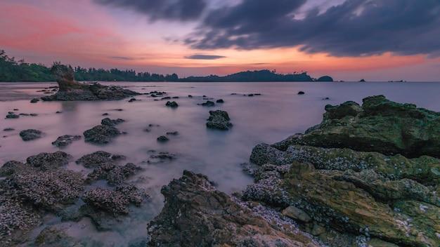 Playa de piedra del mar al amanecer