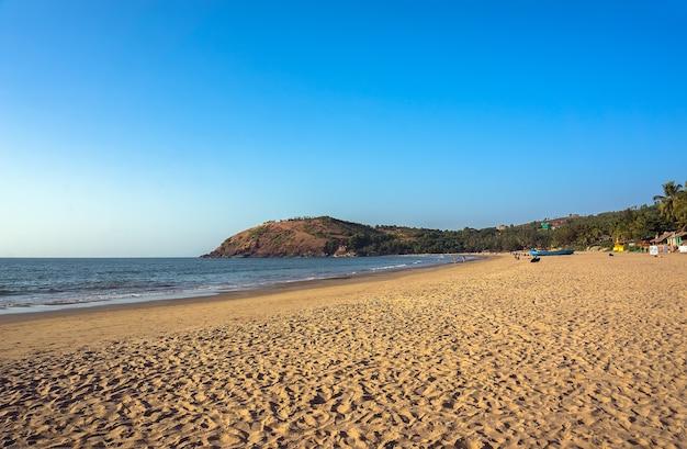 La playa principal de la ciudad de gokarna, india, mucha arena amarilla y poca gente, la noche