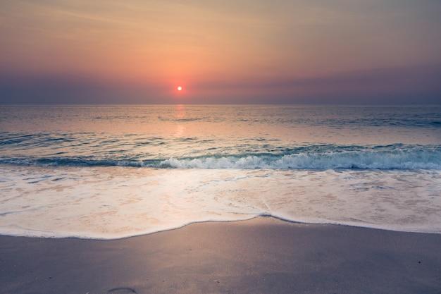 Playa y puesta de sol tropical