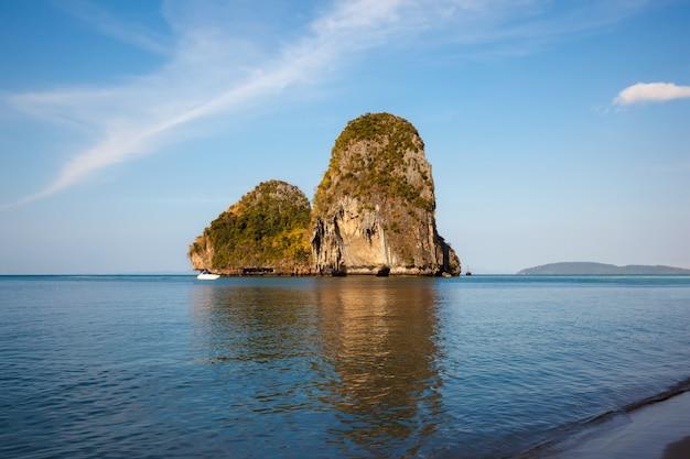 Playa de railay en krabi tailandia. vista exótica