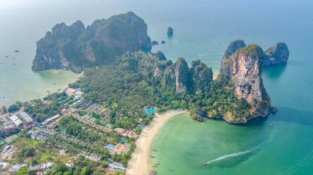 Playa railay en tailandia, provincia de krabi, vista aérea de aves de la playa tropical railay y pranang