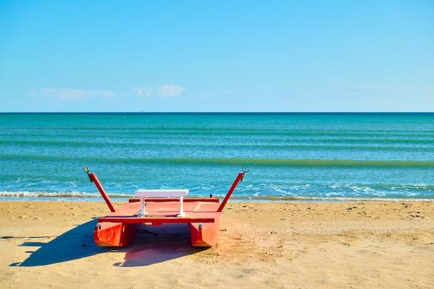 Playa en rimini con bote de rescate por el mar, italia. resort italiano, paisaje
