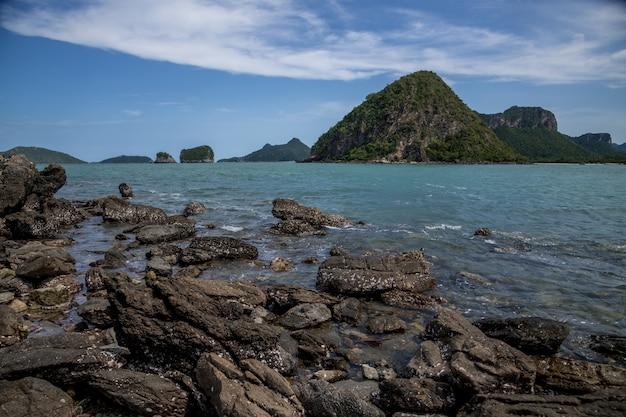 Playa de roca y arena, paisaje de la isla de koram, parque nacional sam roi yod, provincia de prachuap khiri khan, tailandia