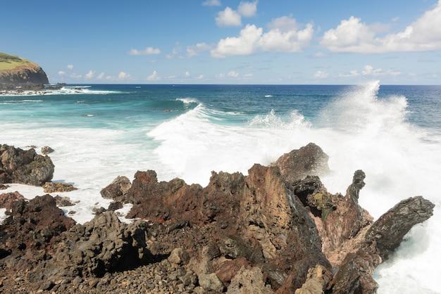 Playa de rocas en la isla de pascua, rapa nui, océano pacífico.