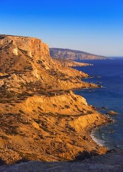 Playa roja en la isla de creta. una vista superior de la costa. tranquilo mar de libia.