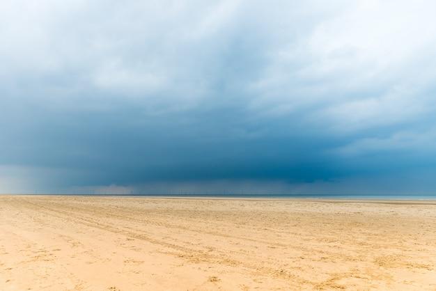 Playa de sandy formby cerca de liverpool en un día nublado