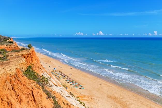 Playa soleada verano mar albufeira en portugal. para el disfrute de vacaciones.