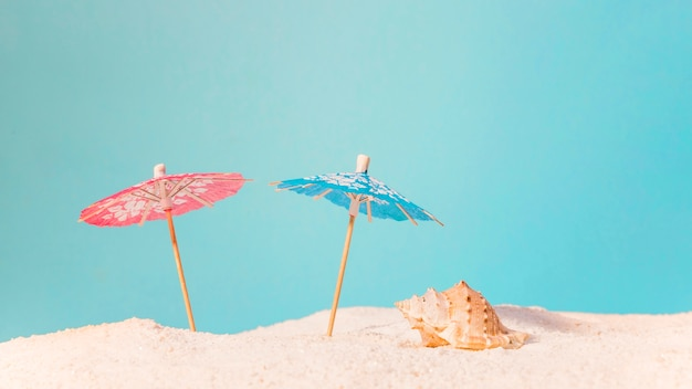 Playa con sombrillas rojas y azules.