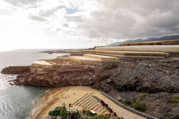 Playa tropical con acantilados en el fondo
