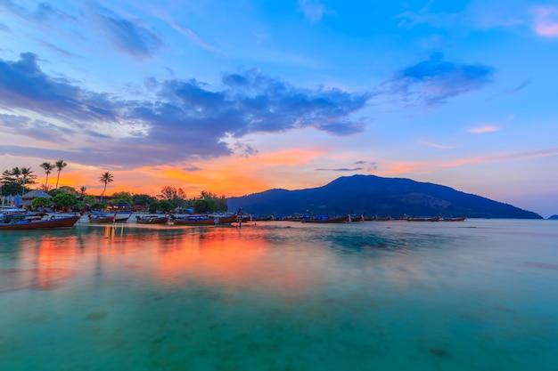 Playa tropical hermosa en la playa de la salida del sol, isla de koh lipe, satun, tailandia