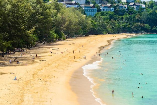 Playa tropical con mar tranquilo