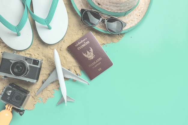 Playa vacaciones de verano accesorios de viaje y moda en la arena.