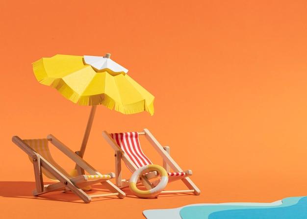 Playa de verano hecha de diferentes materiales.