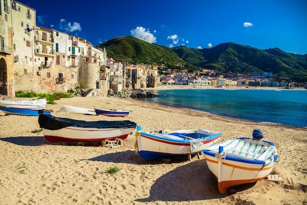 Playa vieja en cefalu con barcos de pesca