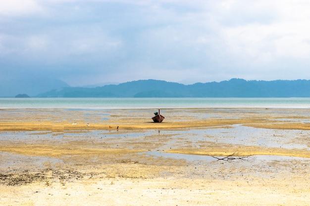 Las playas costeras tienen barcos de pesca.