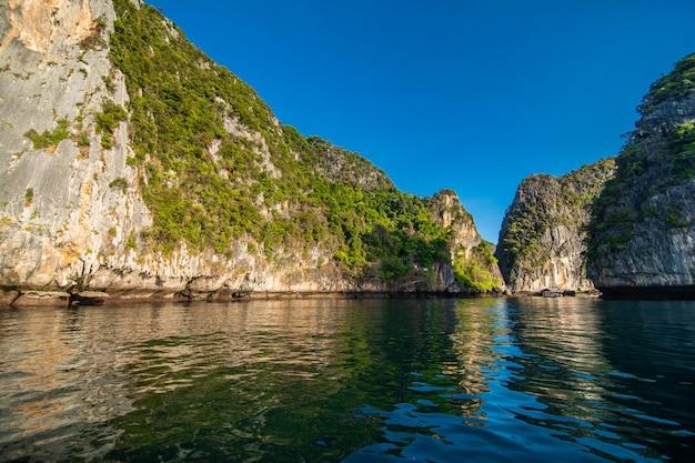 Las playas de las islas ko phi phi y la península de rai ley están enmarcadas por impresionantes acantilados de piedra caliza. se enumeran regularmente entre las mejores playas de tailandia.