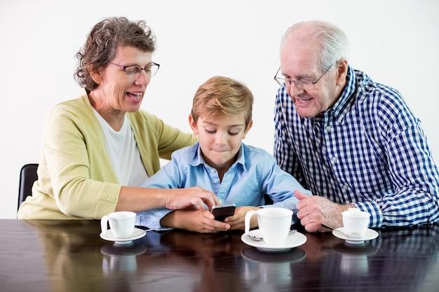Playing teléfono inteligente retrato del abuelo