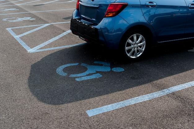Plaza de aparcamiento para personas con discapacidad.