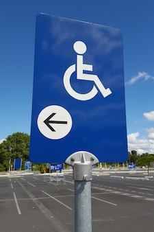 Plaza de aparcamiento reservada para personas con discapacidad.