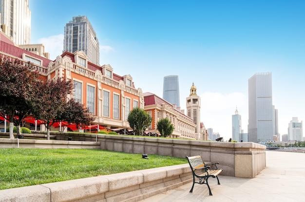 Plaza de la ciudad y edificios históricos, tianjin, china.