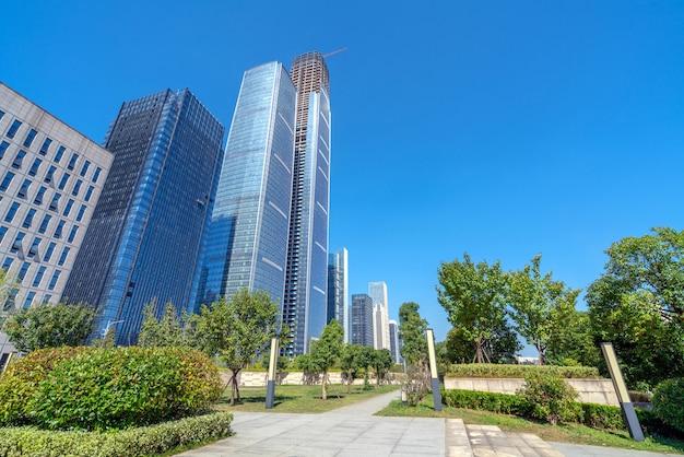 Plaza de la ciudad y modernos rascacielos, guiyang, china.