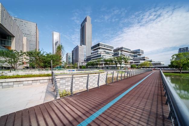 Plaza de la ciudad y rascacielos
