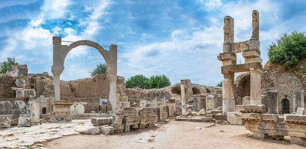 Plaza de domiciano y templo de domiciano en éfeso, turquía