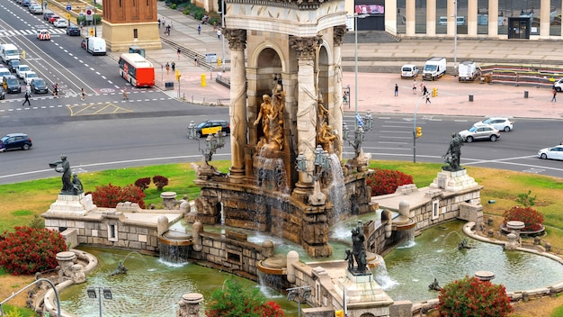 Plaza de españa, el monumento con fuente en barcelona, españa. tráfico