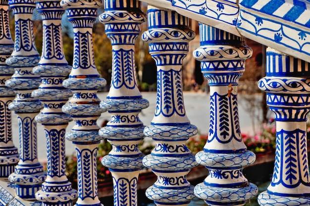Plaza de españa de sevilla: hermosa barandilla pintada en azul y blanco