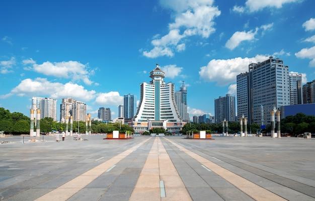La plaza de la fortificación es un edificio emblemático en guiyang, guizhou, china.
