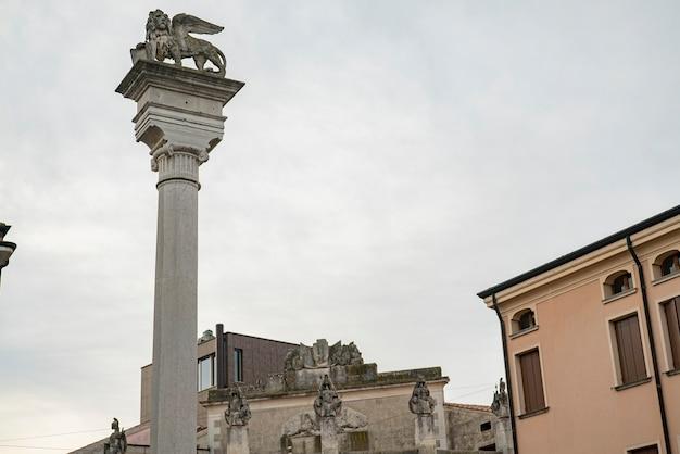 Plaza giuseppe garibaldi en rovigo, una histórica ciudad italiana