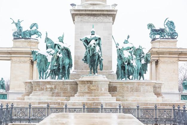 Plaza de los héroes en budapest con nieve