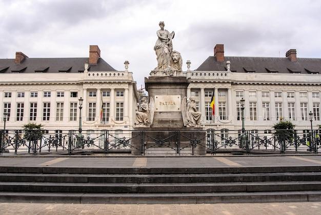 La plaza de los mártires en bruselas y el monumento conmemorativo pro patria en bélgica