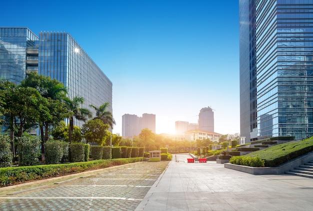 Plaza y modernos rascacielos, xiamen cbd, fujian, china.