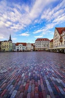 Plaza principal con suelo de adoquines y antiguas construcciones medievales. tallin, estonia.