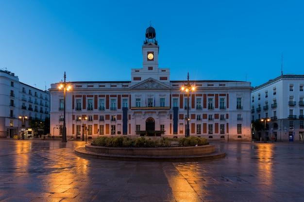 La plaza de la puerta del sol es el principal espacio público de madrid.