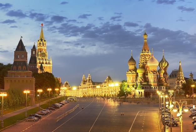 Plaza roja de san basilio descenso spasskaya torre del kremlin de moscú catedral de san basilio