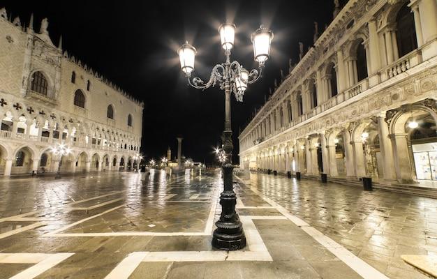 Plaza de san marcos en la noche, venecia, italia.