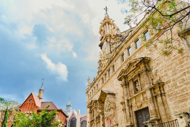 Plaza turística del mercado central de valencia vista de los techos de edificios un día con nubes