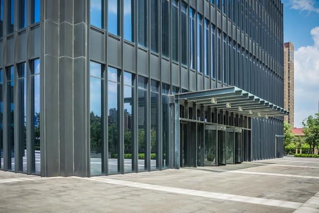Plaza vacía frente a edificio comercial de la ciudad
