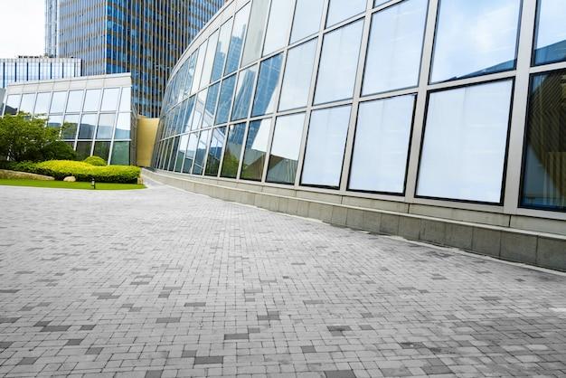 Plaza vacía y moderno edificio de oficinas, qingdao, china