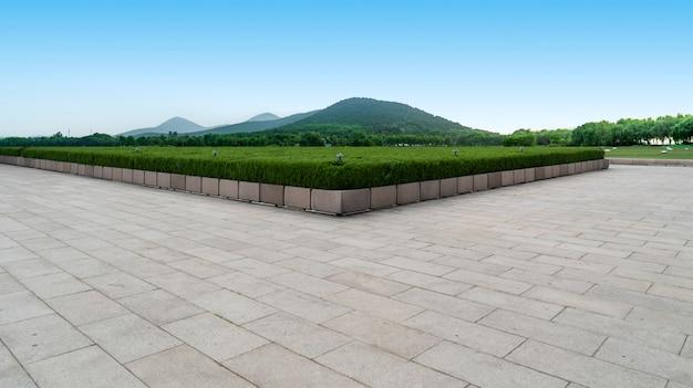 Plaza vacía piso ladrillos y hermoso paisaje natural