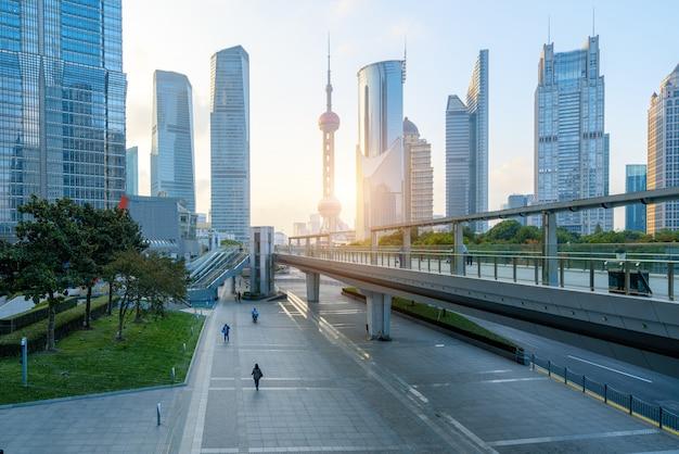 Plaza vacía y rascacielos en el centro financiero de shanghai, china