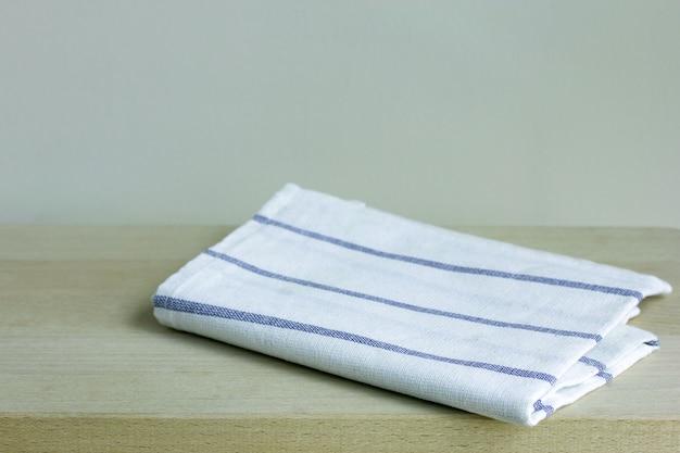 Plegado servilleta en la mesa de madera