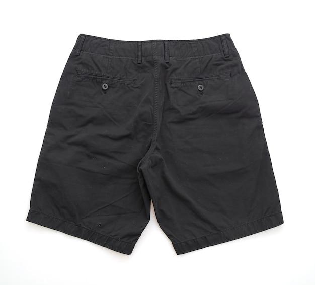Pliegue de pantalón corto negro aislado sobre fondo blanco.