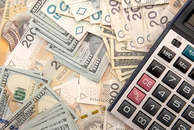 Pln polaco dinero y calculadora como concepto de intercambio y negocio