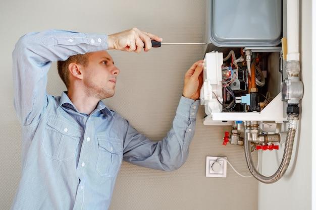 El plomero se conecta tratando de solucionar el problema con el equipo de calefacción residencial