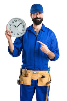 Plomero que sostiene el reloj