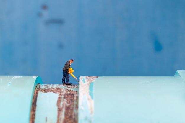 Los plomeros que trabajan instalan tuberías de agua y verifican daños en las máquinas de bombeo de agua