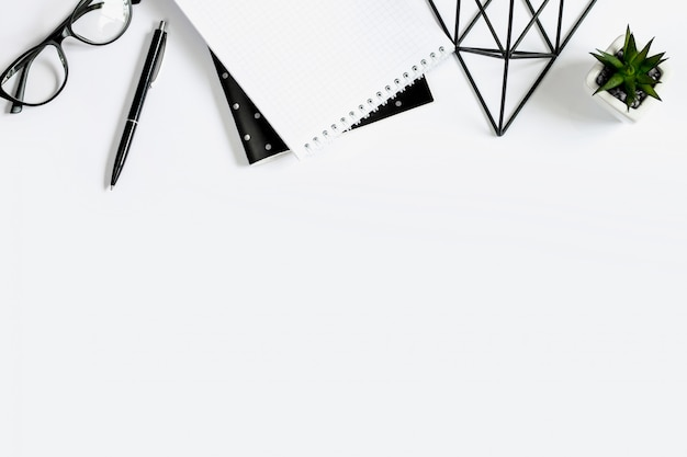 Pluma, anteojos, cuaderno, bloc de notas, planta suculenta